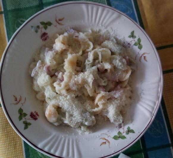 Pasta de caracoles de verduras a la carbonara