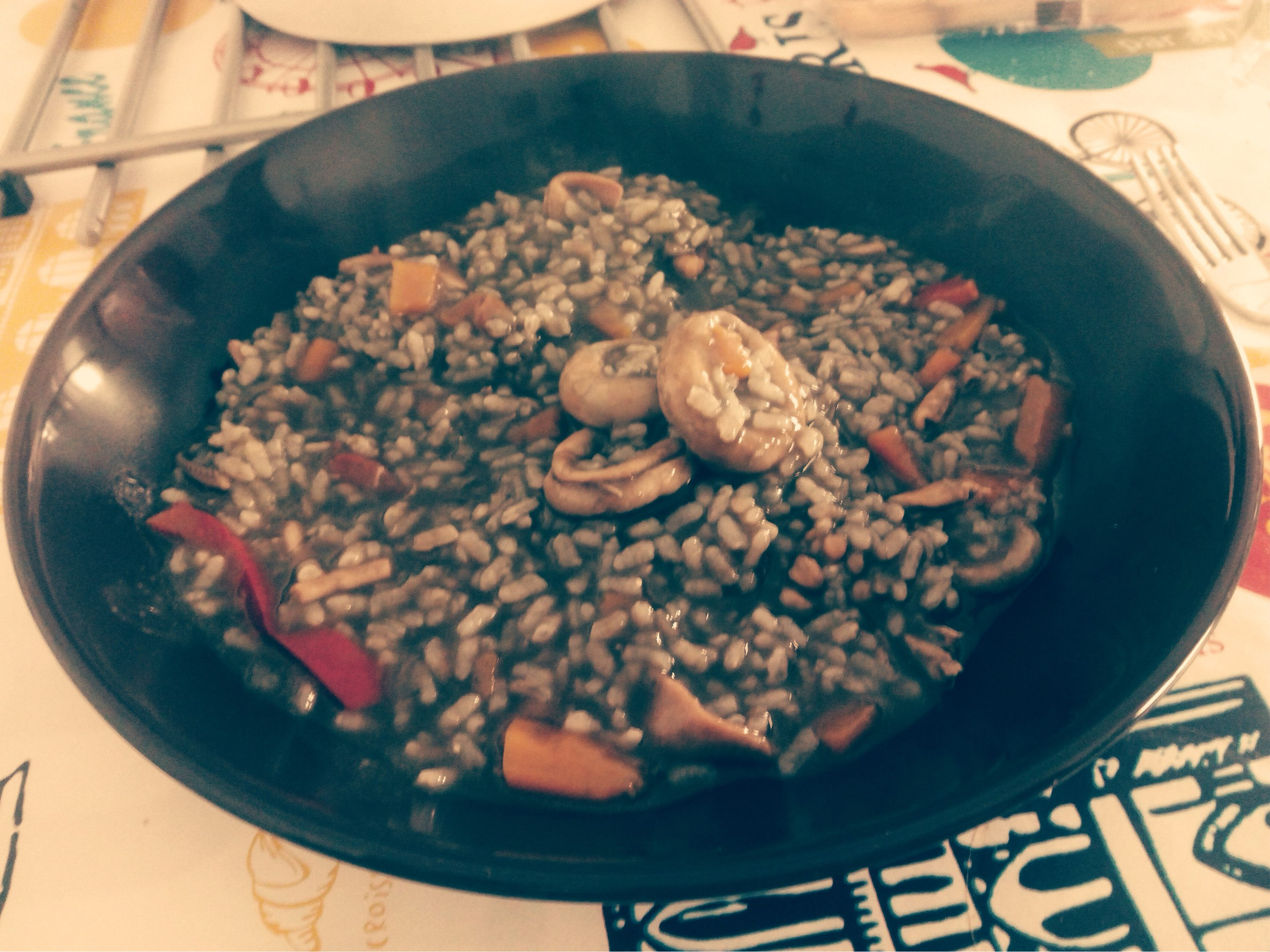 Arroz negro de chipirones con verduras