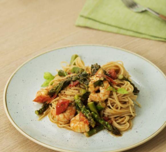 Espaguetis con espárragos, tomates y langostinos