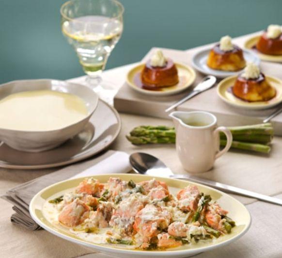 Menú: Vichyssoise. Salmón con espárragos verdes y salsa de queso manchego. Quesillo de yogur con Thermomix® Mérida