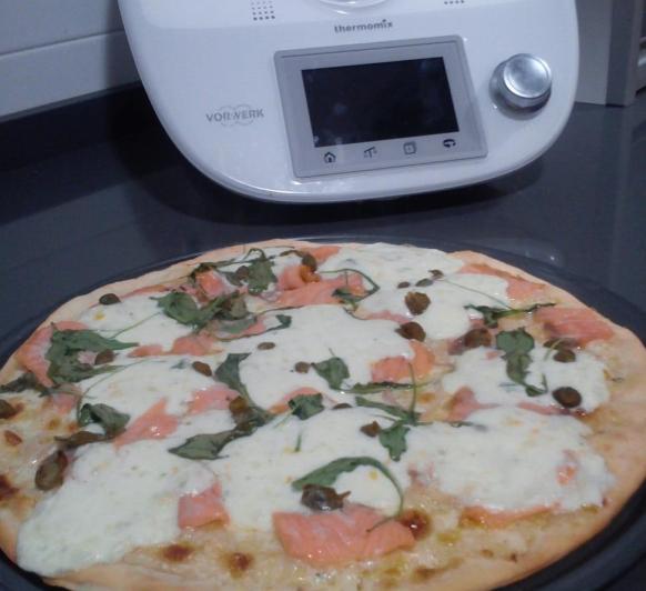 Pizza blanca de trucha ahumada con Thermomix®
