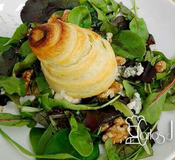 Ensalada de queso azul y peras en hojaldre