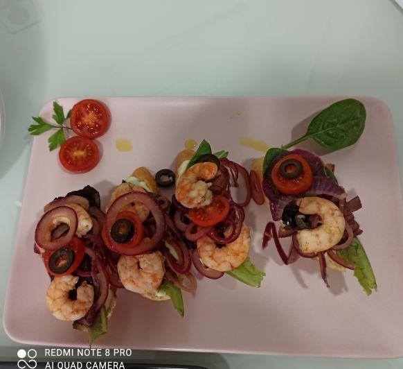 Bruschettas de langostinos con cebolla roja