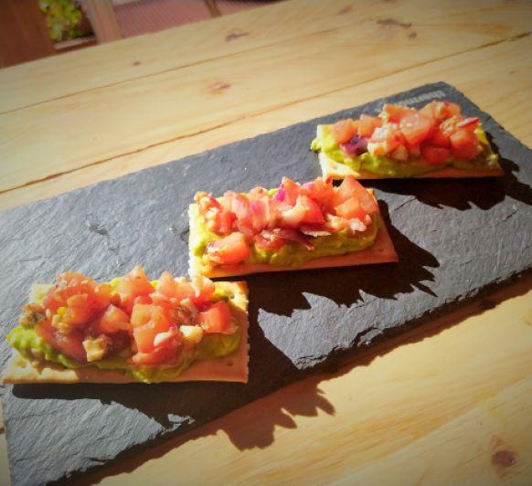 Tostas de falso tartar de tomate