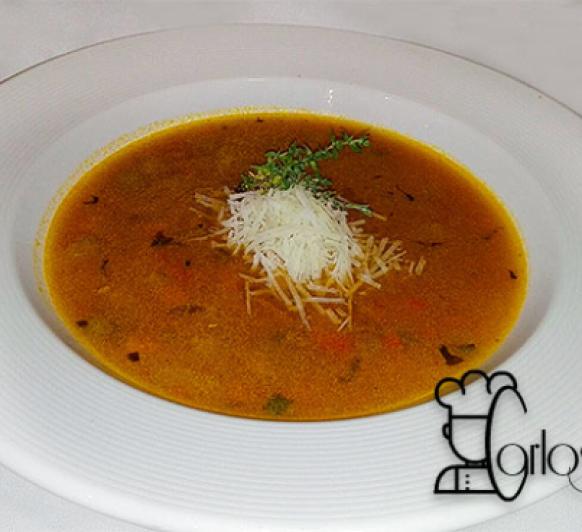Sopa de verduras con pasta y queso parmesano