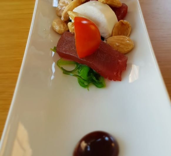 Canoa de sashimi de atún rojo en wakame con queso de cabra payoya y almendras fritas en Thermomix® badajoz