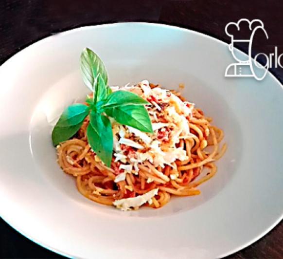 Espaguetis con pisto de ibéricos y huevos cocido